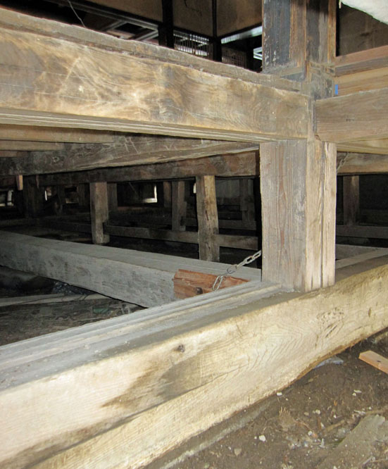 旧岡崎邸の土台と足固め