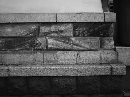どこが房州石でどこが擬石? 靖國神社