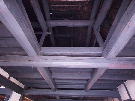 旧横田家の土間上の渡顎・大栓打ちの梁組