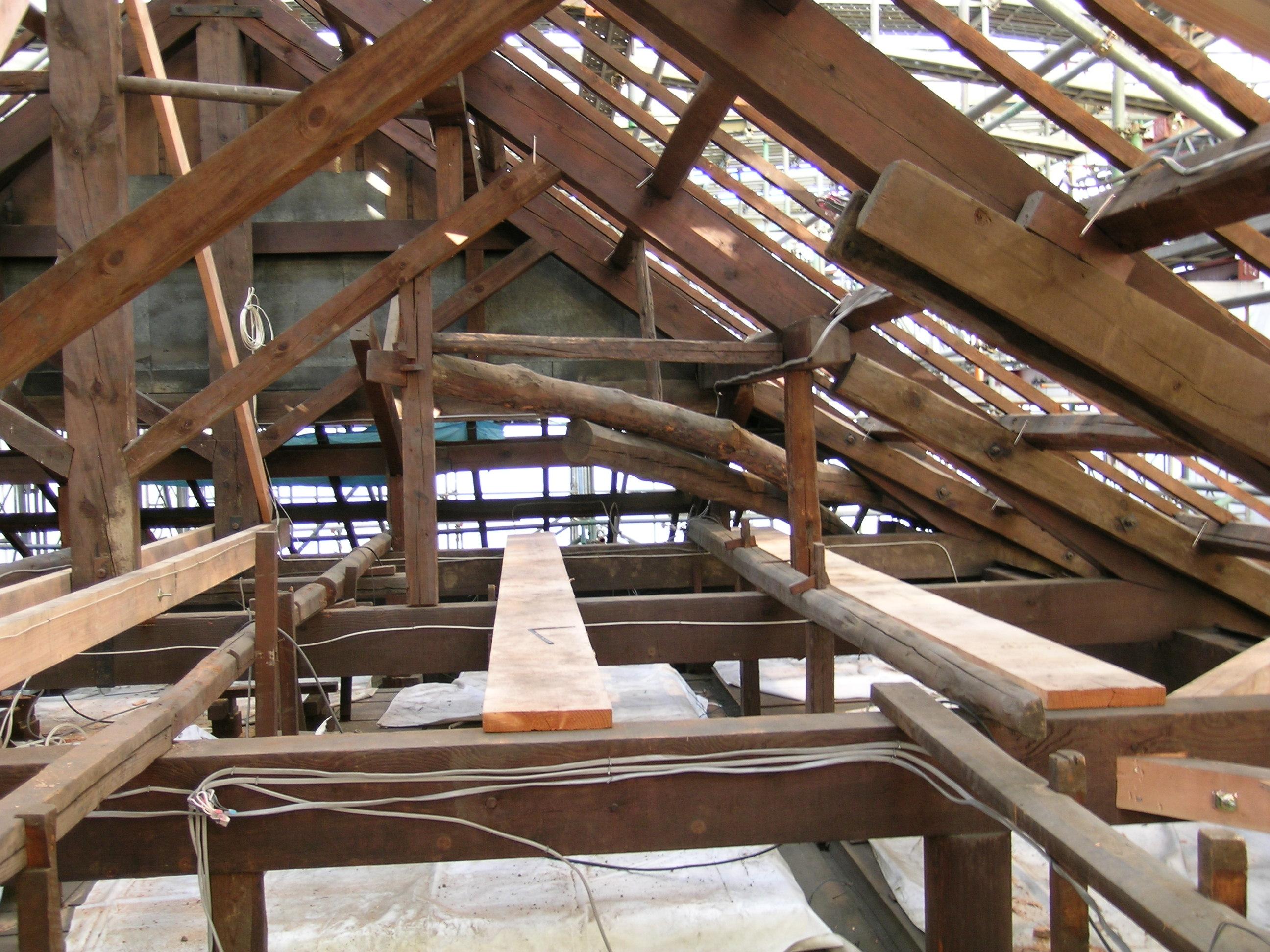 写真3 関東大震災に耐えた本堂の小屋組二